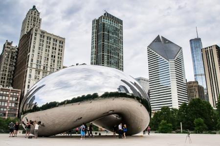 Chicago, USA-sierpień 12,2013 Turyści robić zdjęcia i podziwiać panoramę Chicago przez słynnego pomnika Cloud Gate w Millennium Park