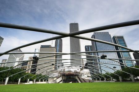Chicago, USA-sierpień 12,2013 Jaya Pritzkera Pawilon w parku tysiąclecia w Chigago w słoneczny dzień z Chicago Skyline w tle