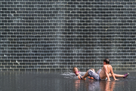 aon: Chicago,USA-august 12,2013 kids play and refresh themselves in a famous fountain in Chicago during a hot summer day