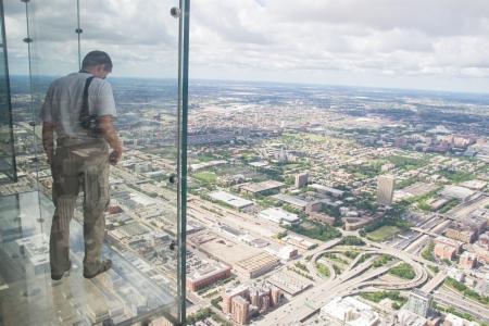 Chicago, USA-sierpień 13,2013 najwyższym budynkiem na półkuli zachodniej i trzeci najwyższy w świecie na 1353 metrów w powietrzu, szklane pudełka na półkę rozciągają się 4 3 stóp od Skydeck Zdjęcie Seryjne