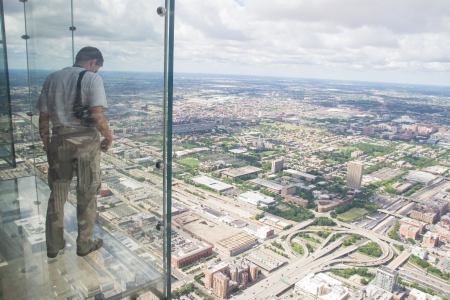 Chicago,USA-august 13,2013 the tallest building in the western hemisphere and the third tallest in the world  At 1,353 feet in the air, the Ledge's glass boxes extend out 4 3 feet from Skydeck Stockfoto