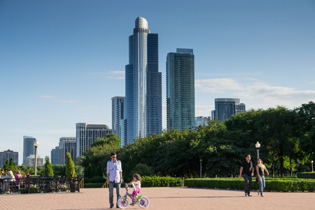 aon: Chicago,USA-august 13,2013 a father and his daughter walking around in the millenium park of chicago in a sunny day Editorial