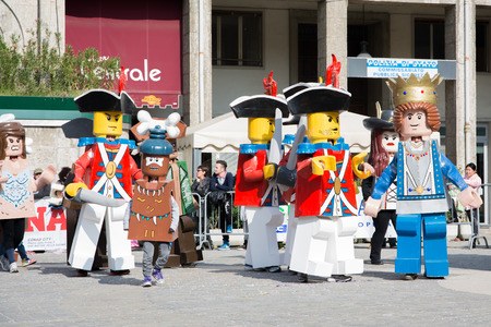 San Giovanni in Persiceto, Bolonia, Włochy-kwiecień 9,2014 ludzie przebrani za postaci z Lego świętować karnawał w słoneczny dzień i święta Publikacyjne