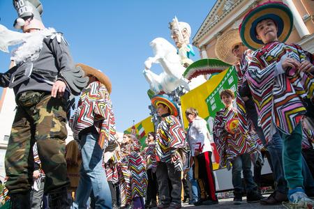 San Giovanni in Persiceto, Bolonia, Włochy-kwiecień 9,2014 szczęśliwych ludzi w strojach z okazji karnawału w słoneczny dzień i święta