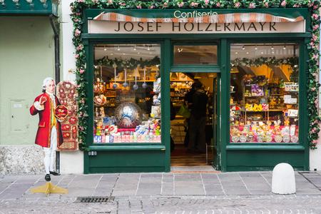 Salzburg, Austria-maj 11,2014 jeden z wielu urokliwych sklepów, które sprzedają typowe czekoladki w centrum Salzburga w pochmurny dzień