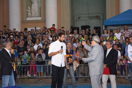 San Giovanni in Persiceto, Bolonia, Włochy-wrzesień 18,2014: NBA mistrz i zwycięzca konkursu trzypunktowe 2014 Marco Belinelli, obchodzony jest w jego rodzinnym mieście we Włoszech ze wszystkich jego przyjaciół.