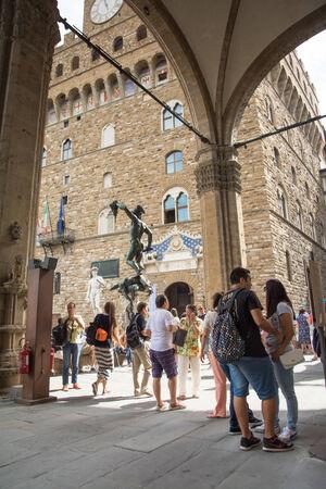 Florencja, Włochy-sierpień 26,2014: wielu turystów w Piazza della Signoria robić zdjęcia, kupić pamiątki lub wprowadzić w Vecchio Palazo w słoneczny day.Palazzo Vecchio w jednym z symboli Florencji.