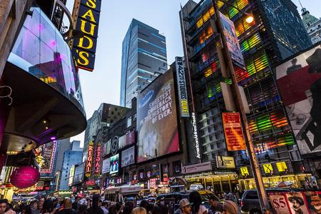 ニューヨーク市、米国 - 2013 年 8 月 2 日: 夜の時間広場の広告看板、看板、交通、ショッピングや観光で歩く人のいっぱいです。 報道画像