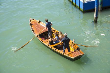 Venetië, Italië-augustus 17,2014: Mening van een roeiboot met toeristen op de Canal Grande van Venetië tijdens een zomerse dag. Redactioneel