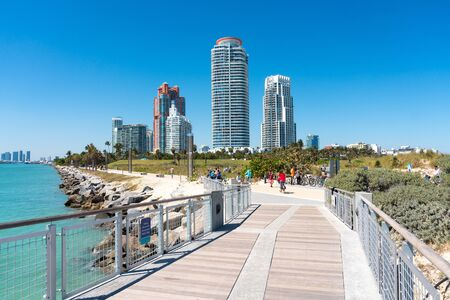 Miami,USA-march 15,2018:view of the south point park pier during a sunny day. Redactioneel