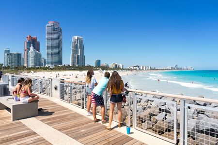 Miami,USA-march 15,2018:people admire Miami beach from the south point park pier in Miami during a sunny day. Redactioneel