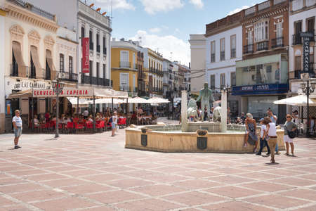 Ronda,Spain-august 10, 2017:people stroll in socorro square in Ronda during a sunny day. 新闻类图片