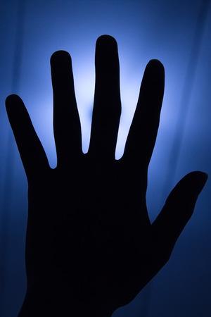 dedo me�ique: disparar a mano con tubo de luz fluorescente en el fondo Foto de archivo