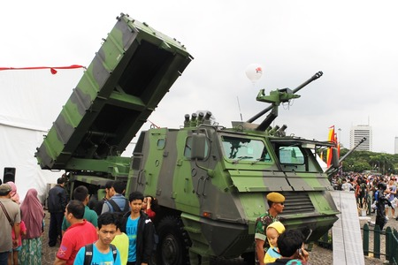 mk: Yakarta, Indonesia - 13 de diciembre 2014: Los visitantes mira Astros II mk 6 lanzador veh�culo m�ltiple sistema de cohetes