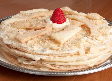 pasteleria francesa: Napole�n Cake, una Variaci�n de Rusia de un French Pastry Milhojas Conocido tambi�n como natillas rebanada Foto de archivo