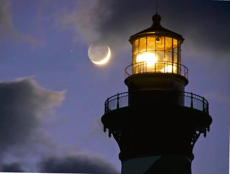 Faro de Cabo Hatteras y la Luna I. Foto de archivo - 34692199