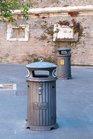 """Borough Municipal (BORGO) papeleras públicas en la pared exterior del Vaticano II. Iniciales SPQR significa """"Senado y el pueblo de Roma"""""""