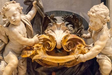 pila bautismal: CIUDAD DEL VATICANO-28 DE SEPTIEMBRE: Querubines de mármol y fuente de agua bendita, en la Basílica de San Pedro el 28 de septiembre de 2010. Más de cuatro millones de peregrinos y turistas visitan el Vaticano cada año. Editorial