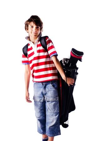Aranyos fiatal fiú golf táska hátán, elszigetelt fehér