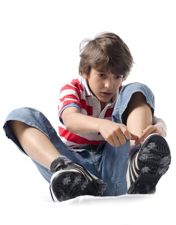 kind zetten op sneakers geïsoleerd op wit Stockfoto