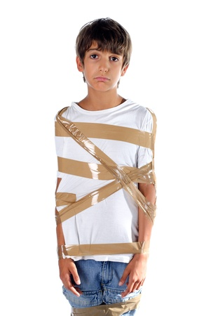 niño triste envuelta en cinta adhesiva auto adhesiva aislado en blanco