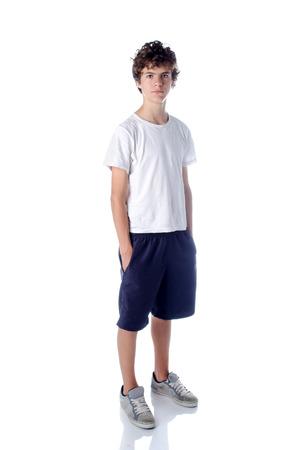 Aranyos teeange fiú állt fehér alapon - elszigetelt fehér