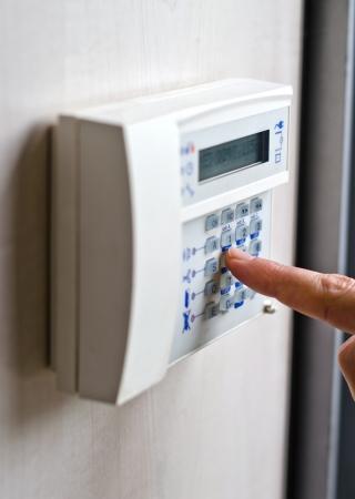 alarme securite: Finger appuyant sur les touches sur le clavier d'alarme