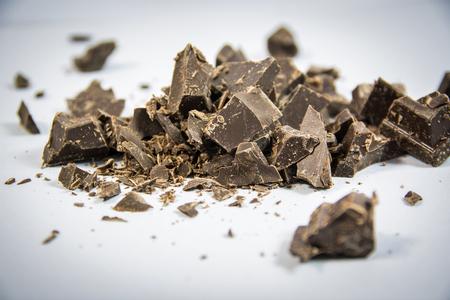 Részek a sötét csokoládé bár semleges háttérben a stúdióban