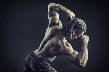 Vissza az afro-amerikai testépítő ember, meztelen izom torzó, fárasztó boksz nadrág, elszigetelt fekete háttér