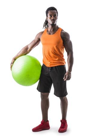 Izmos fekete férfi gazdaság felfújható fitness labda, nézi kamera, álló elszigetelt fehér háttér Stock fotó