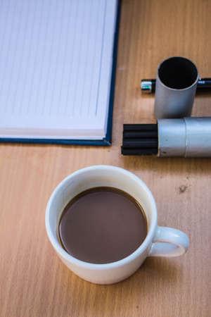tarde de cafe: Caf� de la tarde en el escritorio Foto de archivo