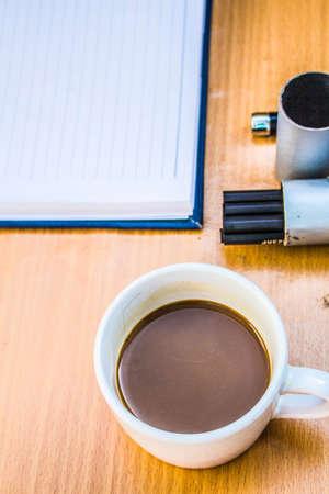 tarde de cafe: Caf� de la tarde en el escritorio en la oficina Foto de archivo