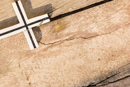 cruz religiosa: Cruzar la madera y el sol de la tarde.