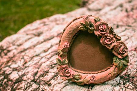 cadre antique: Antique frame sur un rocher.