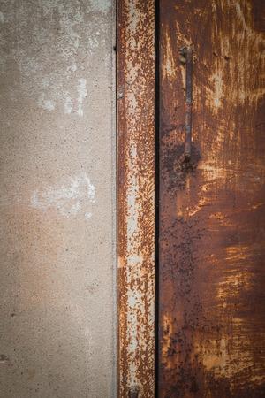 puertas de hierro: Textura del fondo de puertas de hierro antiguas y paredes de concreto.