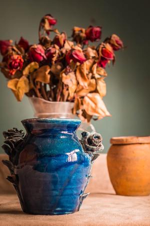 greek pot: Beautiful blue flower vase on the desk. Archivio Fotografico