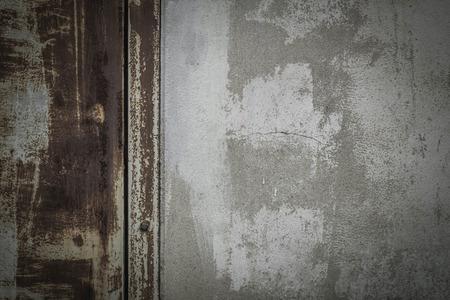 puertas de hierro: Antecedentes de puertas de hierro antiguas y paredes de concreto descolorida.