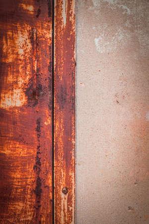 puertas de hierro: Antecedentes de puertas de hierro antiguas y paredes de concreto.