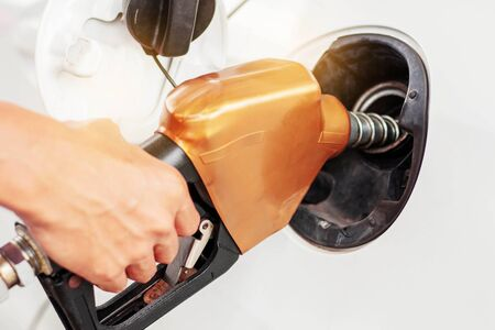 Ludzie trzymali się za ręce, wydając paliwo do samochodów. Zdjęcie Seryjne