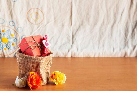 uprzejmości: Gift bags and roses on a wooden floor. Zdjęcie Seryjne