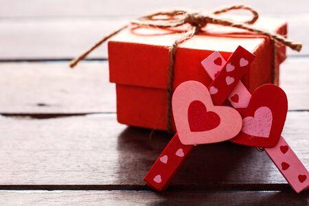 uprzejmości: pink and red heart shaped and gift box on a wooden. Zdjęcie Seryjne