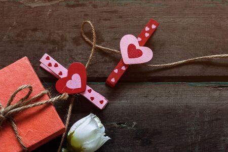 uprzejmości: heart-shaped and gift box on a wooden table. Zdjęcie Seryjne