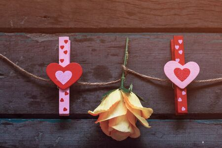 uprzejmości: Heart-shaped red and pink with roses on a wooden.