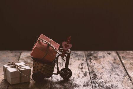 pudełko i serce na rowerze.