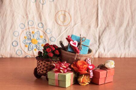 Pudełka do prezentów i kwiaty na drewnianym stole. Zdjęcie Seryjne