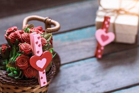 Serce na kosz róż z starymi drewnianymi podłogami. Zdjęcie Seryjne