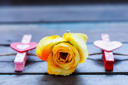 rose i serce na drewnianym stole. Zdjęcie Seryjne