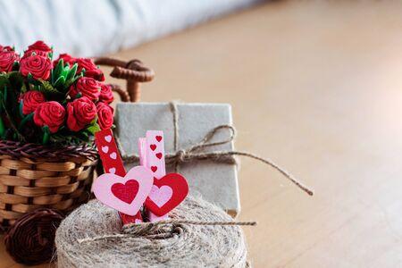 Serca miłości i kwiatów na biurku. Zdjęcie Seryjne