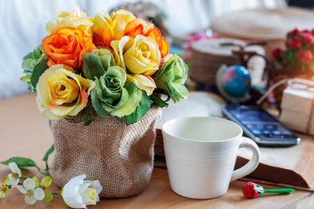 róże i filiżankę kawy na biurku. Zdjęcie Seryjne