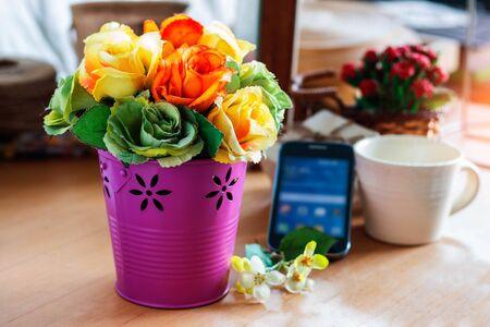 Wazon róż na biurku